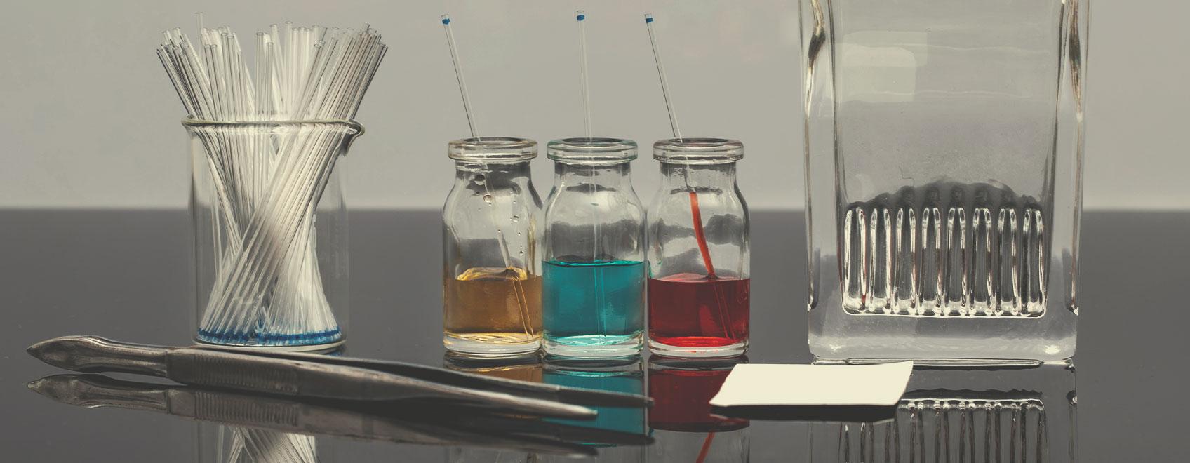 Kit con piastre per cromatografia su strato sottile (TLC)