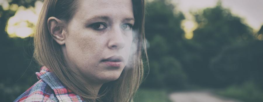 Adolescente che fuma l'istruzione